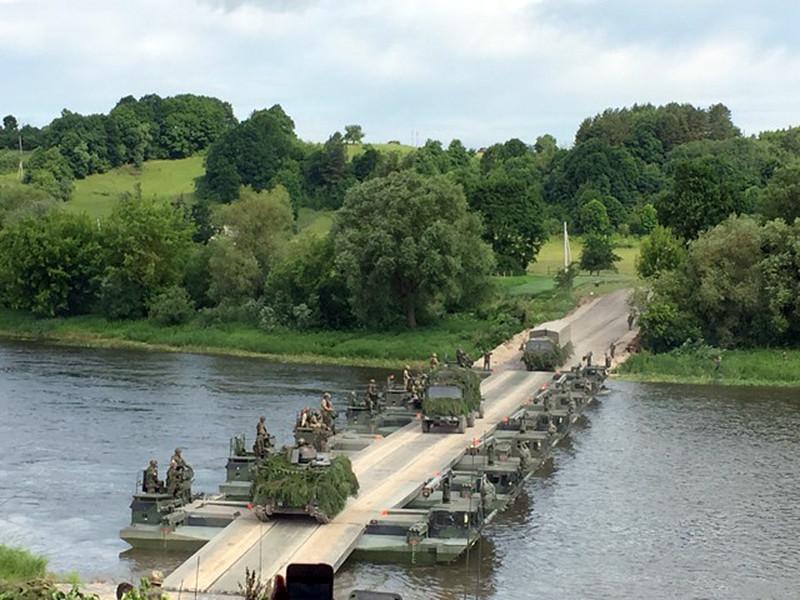 """""""С сегодняшего дня передислокация завершена"""", сказал Столтенберг и подчеркнул, что тем самым НАТО выполнила свое взятое на себя год назад в Варшаве обещание """"защитить союз, отреагировать на агрессию и сохранить мир"""""""