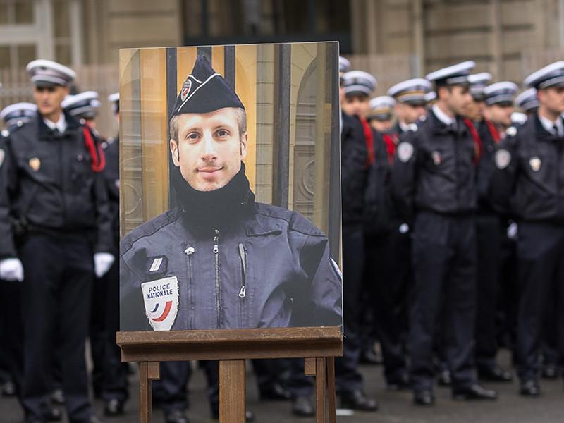 Бойфренд убитого исламистами парижского полицейского вступил с ним в посмертный брак