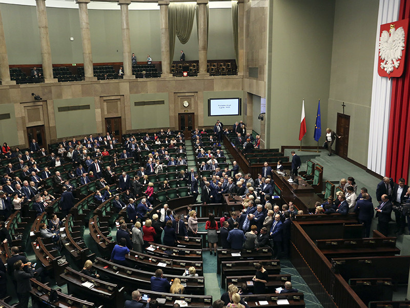Нижняя палата парламента Польши (сейм) в четверг, 22 июня, проголосовала за внесение поправок в принятый в апреле закон о запрете пропаганды коммунизма или другого тоталитарного строя в названиях зданий и объектов