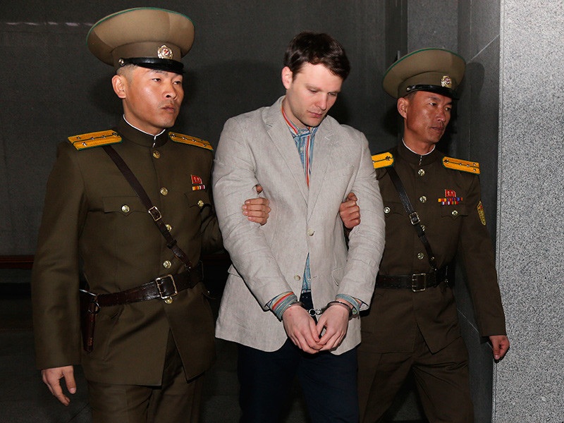 """Американский студент из Университета Вирджинии прибыл в КНДР из Пекина в составе туристической группы 25 декабря 2015 года. В январе 2016 года Северная Корея сообщила о его задержании за """"враждебный акт"""""""