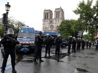 Вооруженный молотком мужчина атаковал полицейских у входа в парижский собор Нотр-Дам