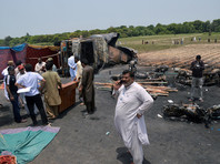 Число жертв пожара, вспыхнувшего около перевернувшегося бензовоза в Пакистане, приблизилось к полутора сотням