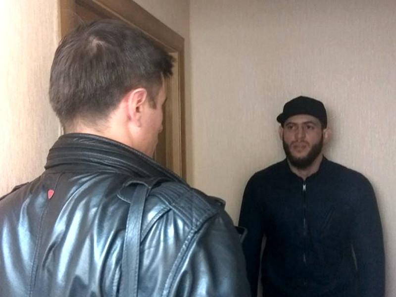 Адвокат Петр Заикин разговаривает с Мурадом Амриевым