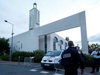 В пригороде Парижа мужчина пытался задавить прихожан мечети