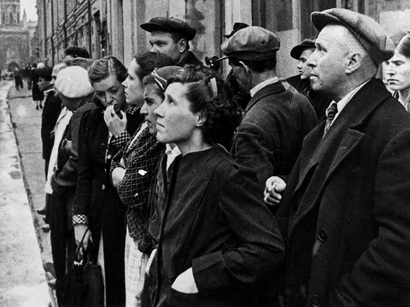 Великая Отечественная война 1941-1945 годов. Жители столицы 22 июня 1941 года во время объявления по радио правительственного сообщения о вероломном нападении фашистской Германии на Советский Союз