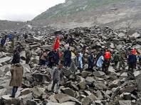 Оползень сошел на деревню Синьмо в провинции Сычуань около 6 утра субботы по местному времени. Под грудой валунов и горной породы оказалось 46 домашних хозяйств