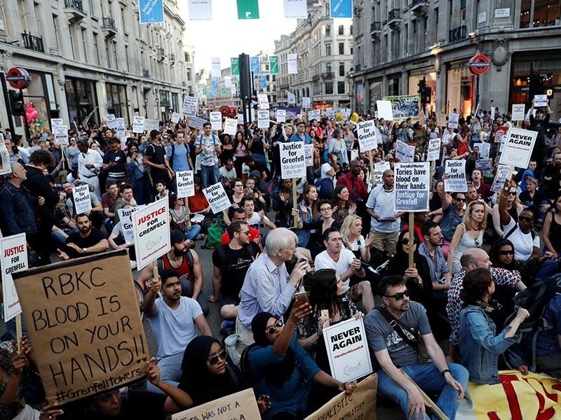 В Лондоне сотни людей вышли на стихии акции протеста, чтобы выразить свое возмущения действиями властей после трагедии в высотном жилом доме Grenfell Tower, где в результате пожара погибли, по меньшей мере, 30 человек, и 70 до сих числятся пропавшими без вести