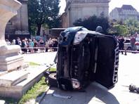 В центре Львова автомобиль въехал в толпу людей