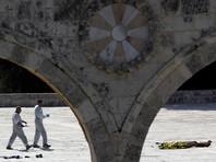 Двое из троих сотрудников израильской полиции и пограничной службы, получивших огнестрельные ранения в результате нападения на территории Храмовой горы в районе Львиных ворот в старом городе Иерусалима, скончались в больнице, третий находится в состоянии средней тяжести