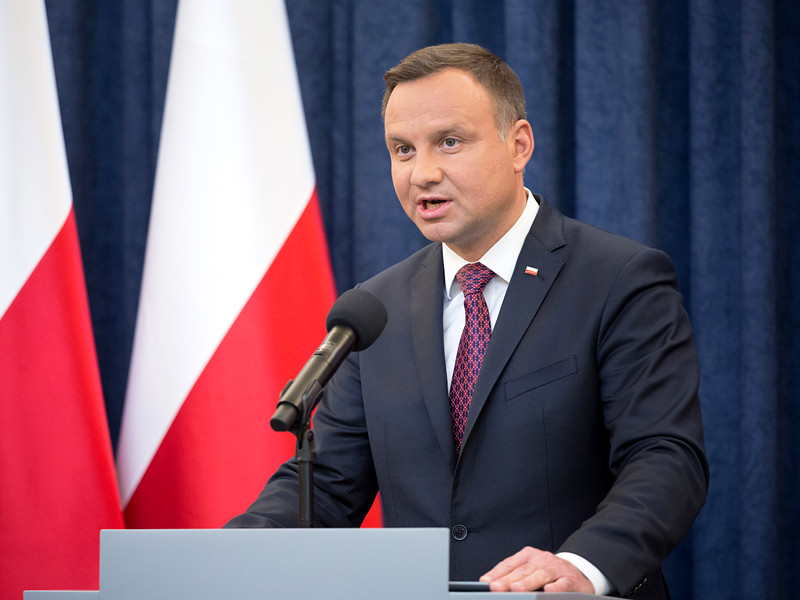 Президент Польши Анджей Дуда наложил вето на законы о Национальном судебном совете и Верховном суде, которые были одобрены сенатом, но вызвали многотысячные протесты в стране и критику со стороны Евросоюза