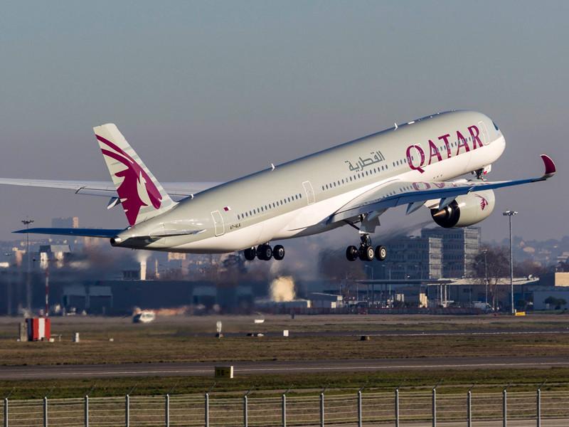 Катарская авиакомпания Qatar Airways объявила 6 июля, что пассажиры, вылетающие в США из международного аэропорта Хамад в Дохе, могут вновь провозить персональные электронные устройства на борту лайнеров