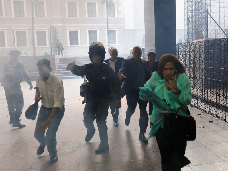 Парламент Венесуэлы пережил осаду сторонников Мадуро