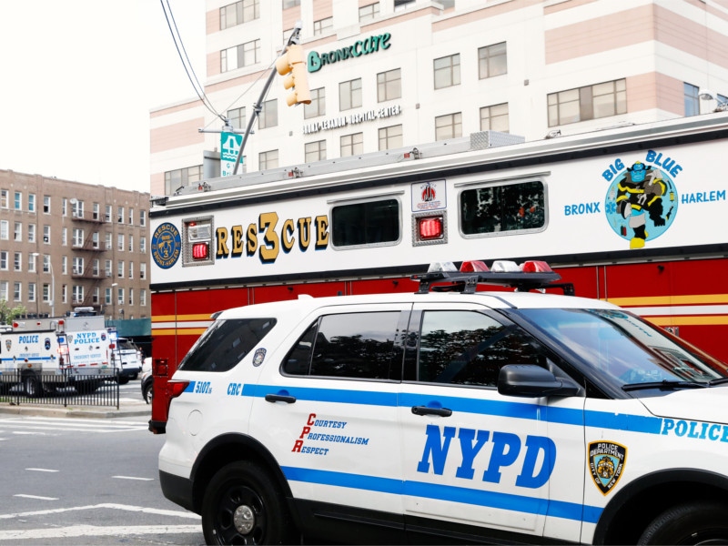 Автомобили экстренных служб у здания больницы в Бронксе, где произошла стрельба