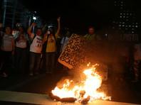 В Рио-де-Жанейро протестующие против президента воздвигли баррикады на главном проспекте