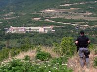 Во время визита в село президенты двух стран из биноклей рассматривали построенную несколько лет назад базу российских пограничников, расположенную в нескольких сотнях метров от возведенных по линии границы проволочных заграждений