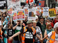 Митингующие собрались в районе головного офиса вещательной корпорации Би-би-си Broadcasting House, дошли до Трафальгарской площади и прошли по Уайтхоллу, улице, на которой расположены главные правительственные учреждения Великобритании