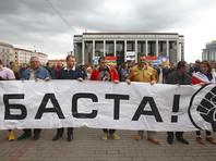 Протестующие, которых, приблизительно, было до 200 человек, собрались на Октябрьской площади и прошли шествием до площади Независимости
