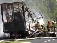 ДТП произошло в понедельник утром, 3 июля, на шоссе А9. Автобус по неизвестным пока причинам столкнулся с грузовиком. Из-за аварии возник пожар и автобус полностью выгорел.