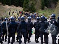 Напряжение внутри ЕС из-за миграционного кризиса начало нарастать в 2015 году, когда сотни тысяч беженцев из Ближнего Востока и Африки через Грецию и другие средиземноморские державы отправились на территорию стран-членов ЕС