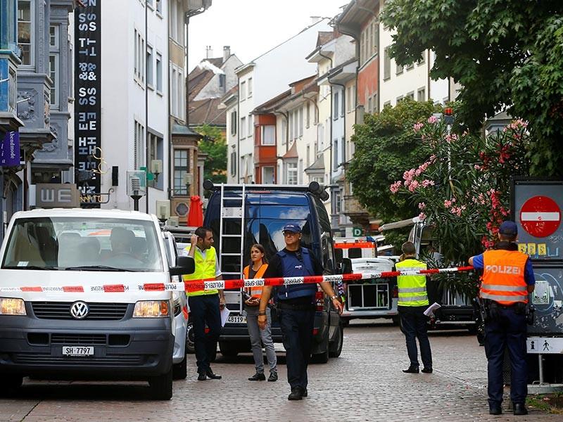 """По информации Reuters, полиция подтвердила, что инцидент не рассматривается как """"террористический акт"""". AP со ссылкой на заявление полиции сообщает, что правоохранители установили личность нападавшего и уверены, что это не теракт. При этом преступник до сих пор не пойман"""