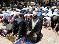"""Сотни мусульман прошли через металлодетекторы. Но представители иерусалимского Исламского совета (Вакф) отказались проходить """"унизительную проверку"""""""