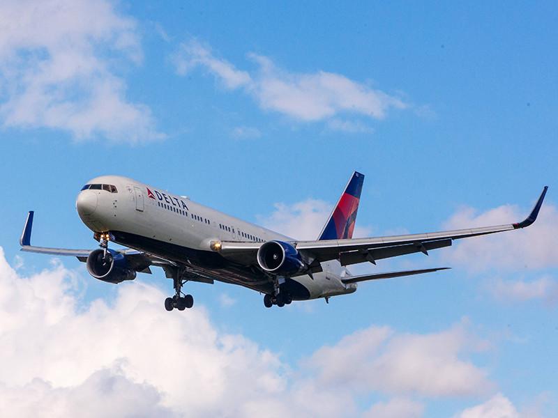 Пассажир рейса авиакомпании Delta Аir Lines в четверг во время полета из американского Сиэтла (штат Вашингтон) в столицу Китая Пекин попытался проникнуть в кабину пилота. При этом ранения получили три человека - два пассажира и член экипажа
