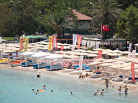 Накануне, около шести часов по местному времени, туристка зашла в воду, и вскоре ей стало плохо. Отдыхавшие на пляже вытащили женщину из воды