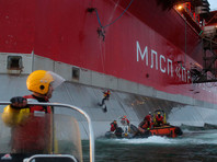 """В сентябре 2013 года активисты Greenpeace в очередной раз попытались проникнуть на платформу """"Газпрома"""" в Арктике """"Приразломная"""". Экологическая организация выступает против добычи нефти в арктическом регионе, поскольку считает, что возможные аварии могут нанести колоссальный ущерб окружающей среде"""