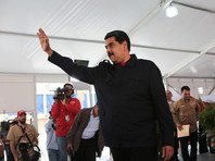 Мадуро поощрил попавших под санкции США чиновников саблями, а подавлявших бунты военных - туалетной бумагой