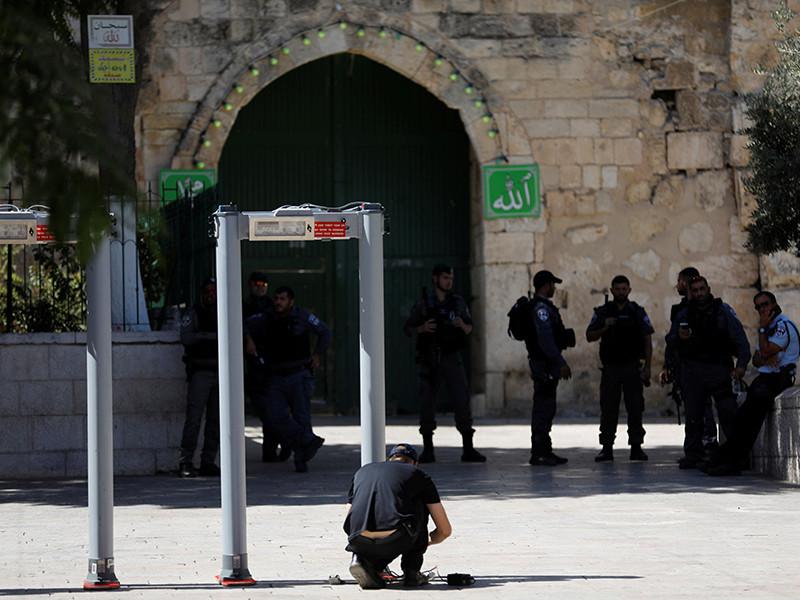 Израиль после введения дополнительных мер безопасности в Старом городе Иерусалима открыл в воскресенье доступ верующих на Храмовую гору, где расположен комплекс мечетей Аль-Акса