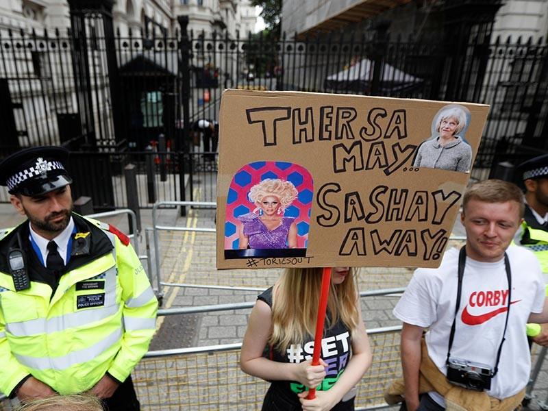 Несколько десятков тысяч человек в субботу прошли маршем по центральным улицам Лондона, требуя отставки правительства консерваторов во главе с премьер-министром Терезой Мэй