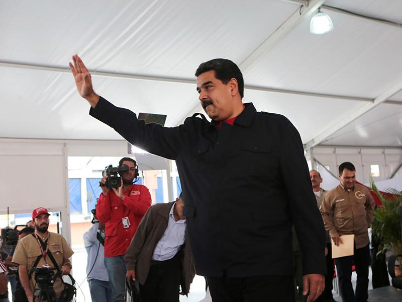 Президент Венесуэлы Николас Мадуро вручил венесуэльским чиновникам и военным, попавшим под санкции США, копии сабли национального героя страны Симона Боливара
