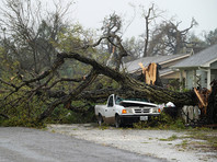 Режим чрезвычайного положения введен в 50 округах штата, почти 350 тысяч человек остались без электроснабжения, и власти полагают, что восстановление Техаса после урагана может занять годы