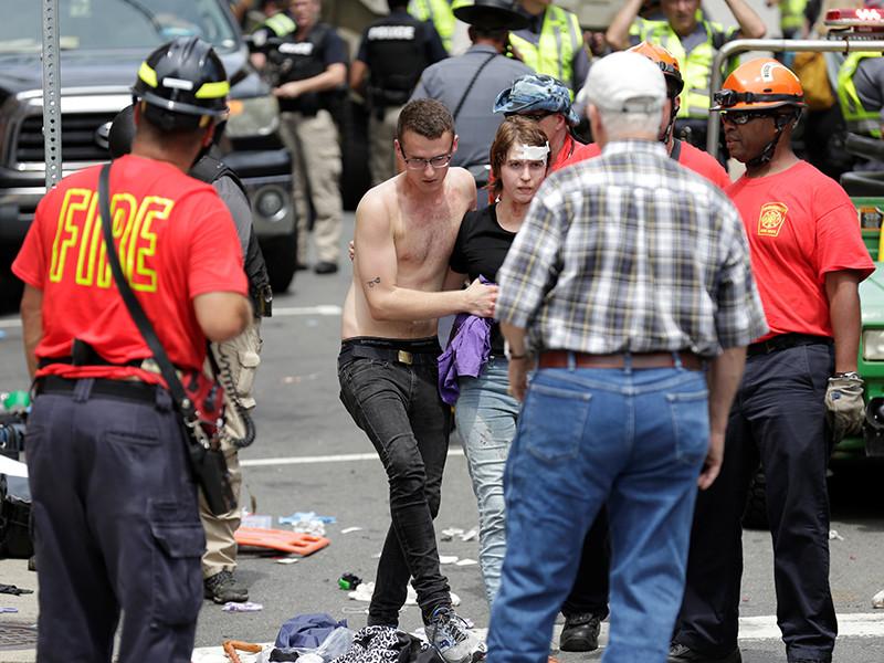 Житель Шарлотсвилля заснял момент столкновения автомобиля с толпой протестующих (ВИДЕО)