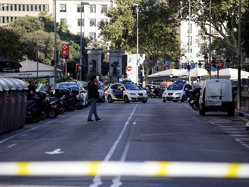 На популярной у туристов пешеходной улице Рамбла в центре Барселоны микроавтобус врезался в толпу людей