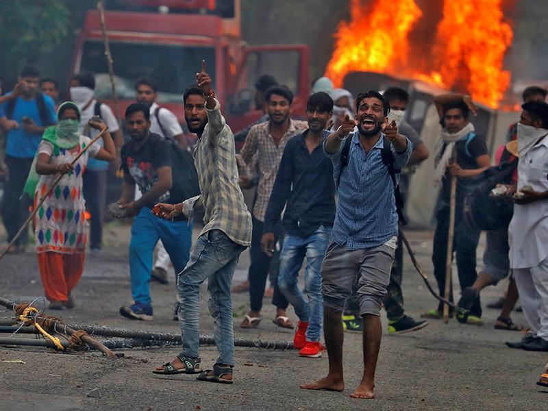 """В Индии начались массовые беспорядки после того, как суд города Панчкула в штате Харьяна признал виновным в изнасиловании по двум эпизодам духовного лидера общины """"Дера Сача Саудра"""" Гармита Рама Рахима Сингха"""