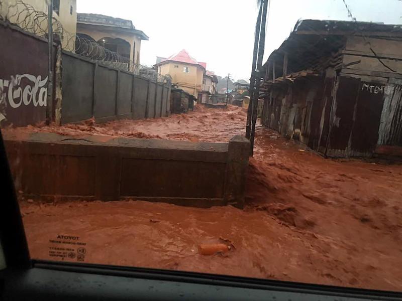 В Сьерра-Леоне, по меньшей мере, 312 человек погибли в результате оползней и наводнений неподалеку от столицы страны Фритауна