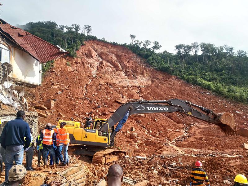 Власти Сьерра-Леоне продолжают бороться с последствиями разрушительного схода оползня, в результате которого, по последним данным, в центральный морг столицы страны Фритауна были доставлены 350 тел, из них - около 100 детей