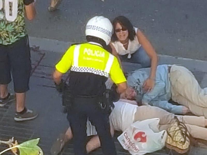 У российских властей нет информации о том, что среди пострадавших в результате инцидента в Барселоне, где микроавтобус врезался в толпу людей, могут быть граждане России