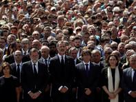 Памятная церемония состоялась в полдень по местному времени. В ней приняли участие король Испании Фелипе VI, председатель правительства Мариано Рахой, глава Каталонии Карлес Пучдемон мэр Барселоны Ада Колау
