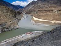 Из-за этого стратегически важного плато, где встречаются границы Китая, Тибета, Индии и Королевства Бутан, стороны воевали в 1962 году. Противостояние обострилось два месяца назад, когда китайские военные инженеры начали подготовку к строительству горной дороги на участке плато