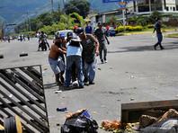 Венесуэла находится в жестком кризисе. В стране наблюдается глубокая рецессия, высокая инфляция, нехватка продовольствия и медикаментов. За четыре месяца постоянных антиправительственных протестов в Венесуэле погибло около 120 человек