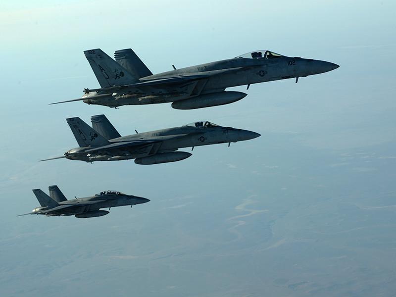 """Истребители международной коалиции во главе с США нанесли авиаудары по колонне боевиков """"Исламского государства""""* и их семей, которые пытались попасть на территорию, контролируемую боевиками на востоке Сирии"""
