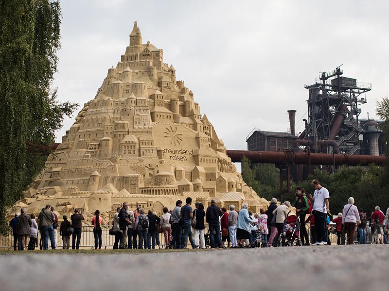 В Германии соорудили самый высокий в мире замок из песка. Высота впечатляющей конструкции, расположенной в городе Дуйсбург на западе страны, составила 16,68 метра