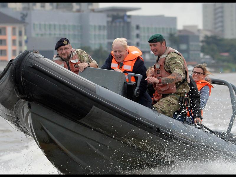 Министр иностранных дел Великобритании Борис Джонсон в ходе рабочей поездки в Нигерию принял участие в тренировочных занятиях по отработке противостояния пиратам на воде