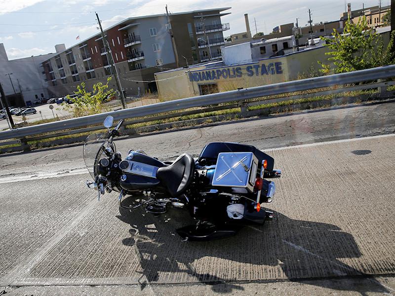 Один из сотрудников полиции, ехавший в кортеже на мотоцикле, упал. Мотоцикл лежал на правой стороне дороги, офицер - на левой, он был в сознании и мог двигаться
