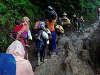 """""""Чтобы вы лучше понимали картину, только за период с 4 по 10 сентября в Бангладеш прибыло 220 тысяч человек. И у нас нет оснований думать, что этот поток скоро остановится. При этом 60% из вновь прибывших - это дети"""", - подчеркнул представитель ЮНИСЕФ в Бангладеш Жан Либи"""