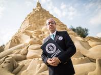 По данным немецкого агентства dpa, в пятницу, 1 сентября, представитель Книги рекордов Гиннесса Джек Брокбанк подтвердил рекорд, поставленный создателя песчаного замка в Дуйсбурге