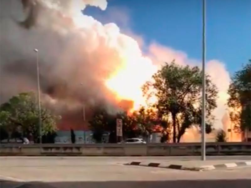 Возгорание произошло на складе в муниципалитете Фуэнлабрада. Там горят 40 тонн магния и алюминия. В результате пожара пострадал один человек