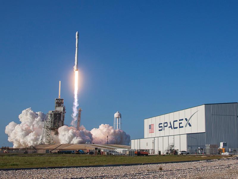Илон Маск показал скафандр для доставки астронавтов на МКС